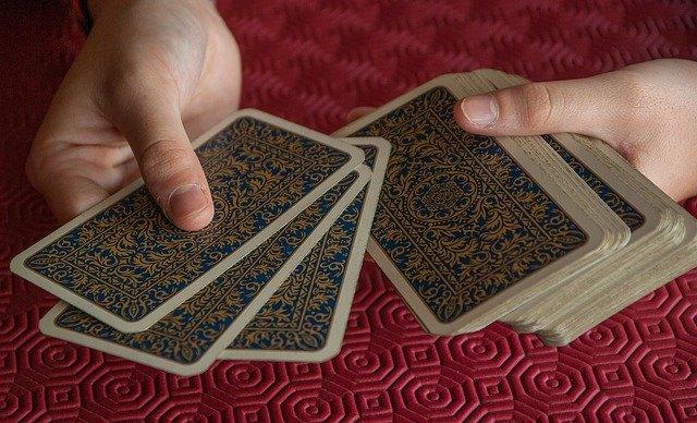 cartes de tarot dans une main