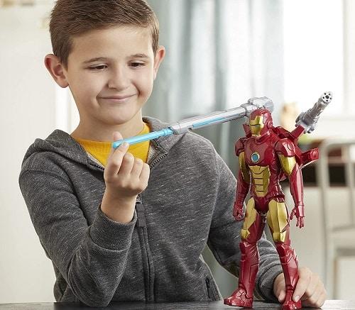 enfant jouant avec une figurine iron man
